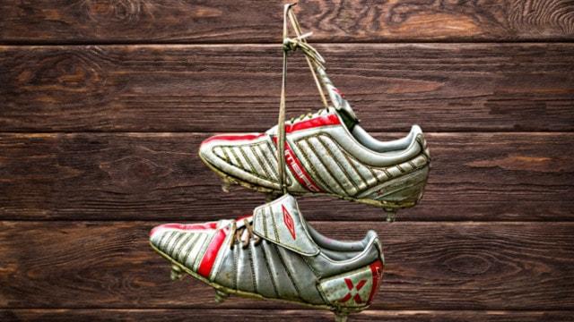 Fußballschuhe an Nagel gehangen