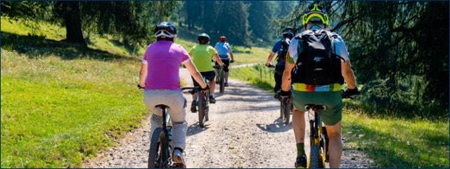Radfahrer Gruppe mit Mountainbikes auf Schotterweg