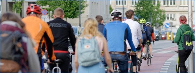 Viele verschiedene Radfahrer auf einem Radweg in der Stadt