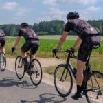 Rennrad Gruppe auf asphaltierter Landstraße