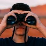 Frontalansicht von Mann mit Fernglas