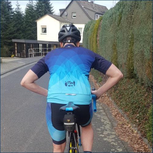 Radfahrer kann die Hände nicht vom Lenker nehmen und signalisiert Gefahr indem er beide Ellenbogen ausfährt