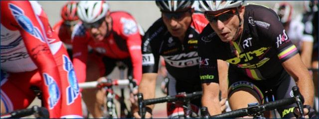 Viele Radfahrer auf engem Raum bei einem Radrennen