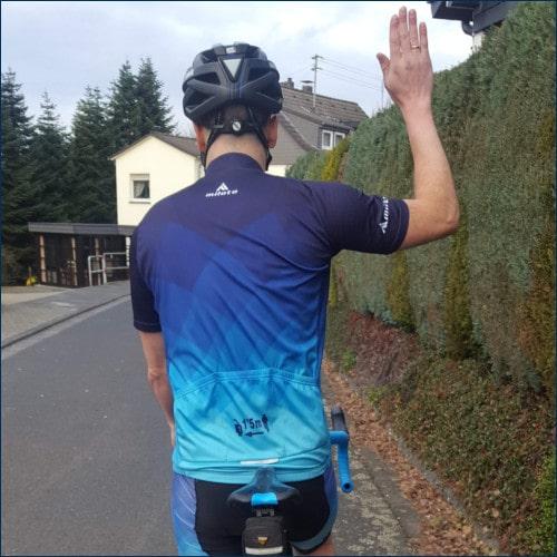 Radfahrer gibt Handzeichen zum Anhalten