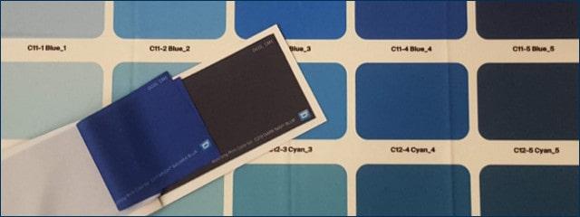 Viele Echtfarbtonmuster zu Blautönen auf unterschiedlichem Stoff