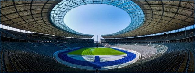 Das leere Olympiastadion in Berlin bei Sonnenschein