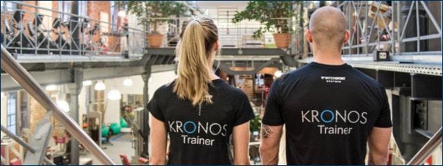 Zwei Trainer im Kronos Fitnessstudio