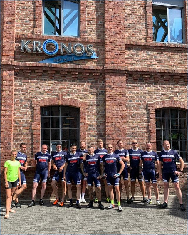 Gruppenfoto SCU Radsport vor dem Fitnessstudio Kronos in Hennef