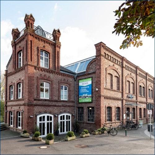 Das alte Backsteingebäude des Kronos Aktivclub von außen fotografiert
