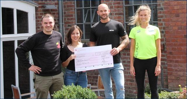 Spendenübergabe von Micha Boldt und Svenja Kreuer an den Verein Obstkäppchen