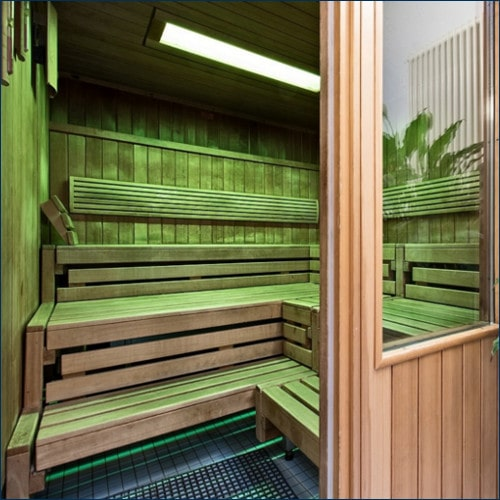 Holzsauna mit leicht grüner Beleuchtung