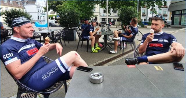 Mehrere Radfahrer des SC Uckerath essen ein Eis bei Remor in Hennef.